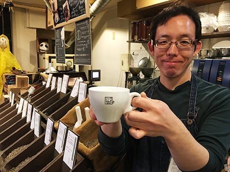 店主の谷川さん。ロゴは、以前から親交の深かった新代田のデザイン会社「クチトテ」に依頼