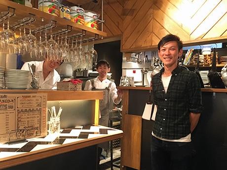 「フレンドリーな接客を心がけている」という石橋剣道店長(右)