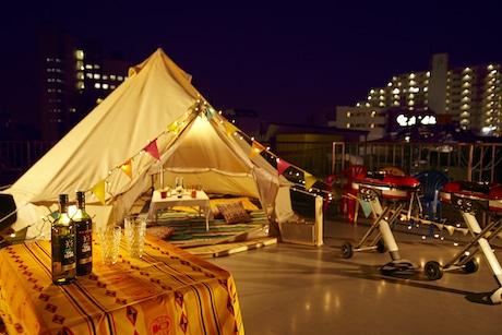 下北沢の夜景を見ながらグランピングを楽しめる屋上スペース。