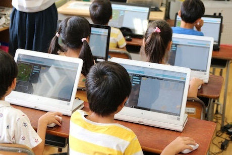 夢中でプログラミングを学ぶ松沢小学校の児童