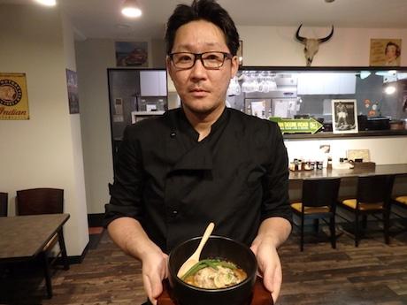 店長の和田さんと「リボーンハンバーグ」
