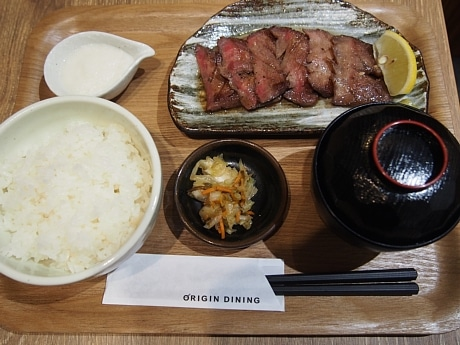 同店で一番人気の「塩熟 牛タン定食(国産とろろ付き)」(1,080円)。厚みがありジューシーな牛タンと低価格が好評という。