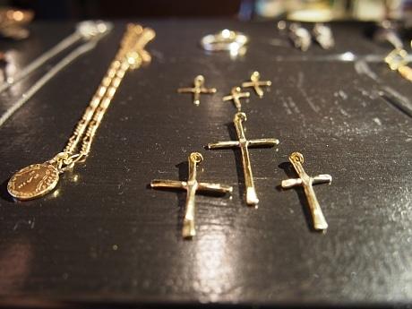 クロスのネックレスは人気のデザインのひとつ