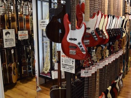 店内に展示されている楽器類