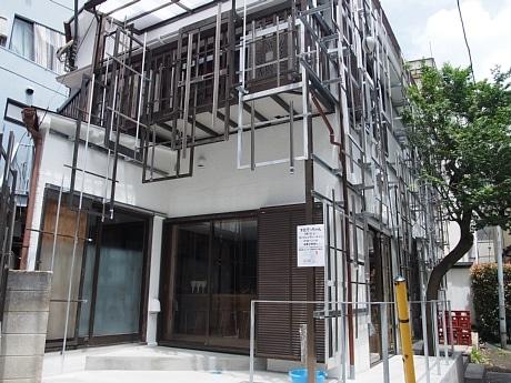 隈研吾さんデザインの新店舗。外観にも廃材が使われている
