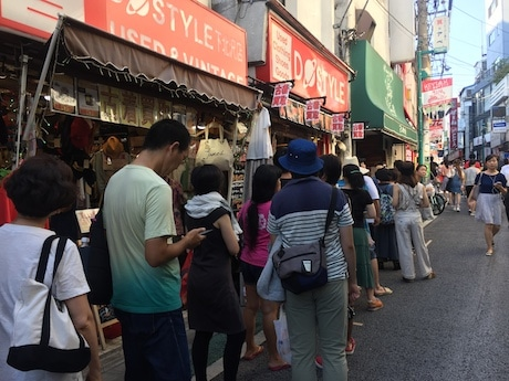 暑い時間にもかかわらず南口商店街には約80人の行列ができた(15時半時点)。