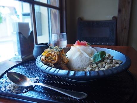 「全部がけ」(1,350円)。キーマカレーにスープカレーをかけることで味の変化を楽しめる