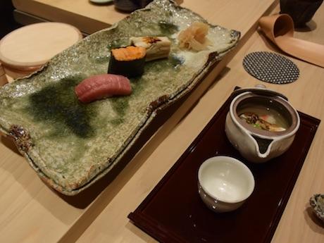 北海道戸井のマグロ、利尻のウニ、長崎県対馬の穴子。右手前はマツタケの土瓶蒸し