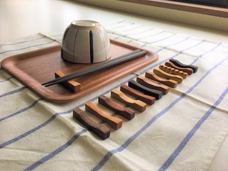 「お箸置き作り体験」では、木の塊からナイフで削り出しやすりがけをして完成させるところまで体験できる