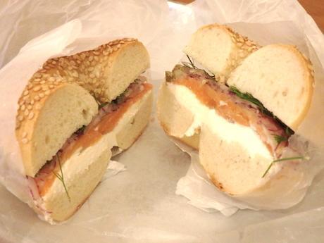 注文を受けてから作るサンドイッチも人気。写真はサーモンサンド(864円)。サンド用のベーグルは数種から選べる