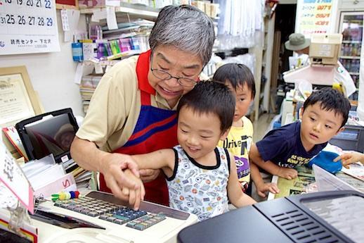 「子どもお仕事体験」でレジ打ちを学ぶ子どもたち