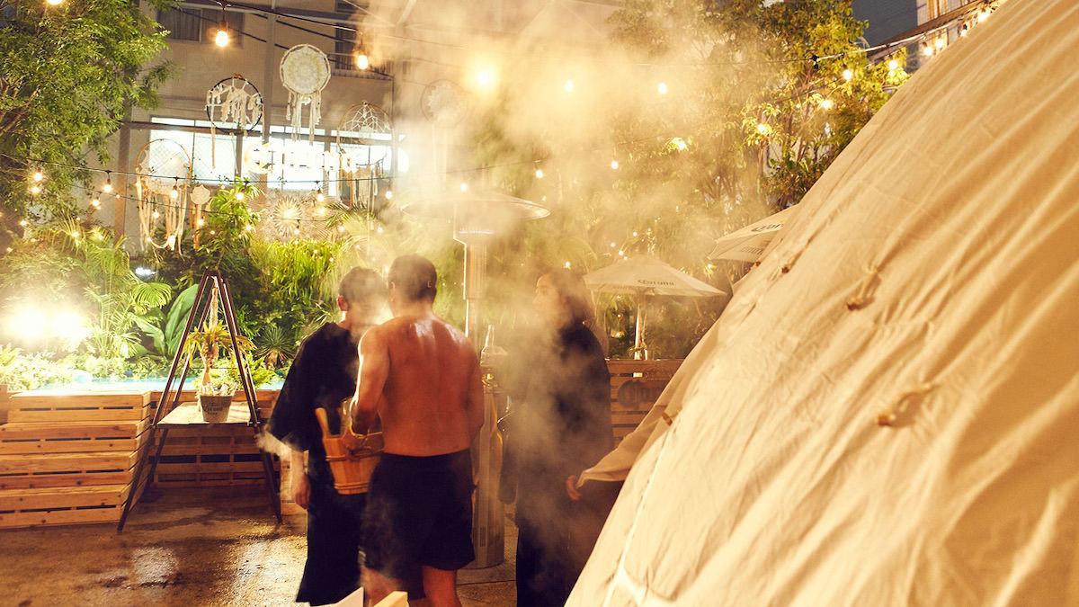 屋外の会場に設置されたテント内で「ロウリュ」を楽しむ
