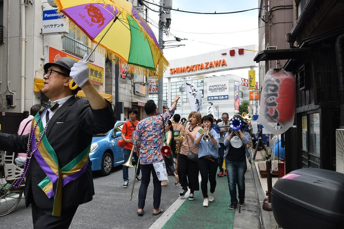 ブラスバンドが町内を練り歩く「クリーンクリーンパレード」