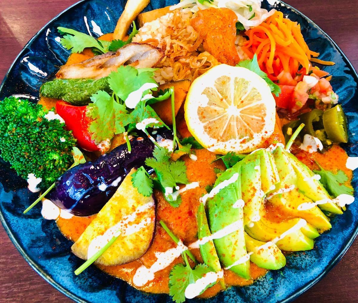 「アボカドチキンレッグカレー+1日分の野菜」
