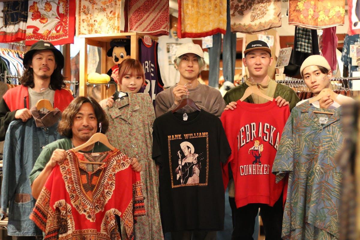 藤原輝敏さん(左から2人目)とスタッフ