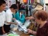 岩手の中学生が下北沢南口商店街でワカメを販売