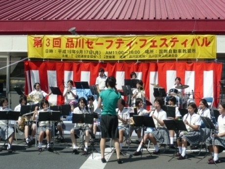 イベントステージで演奏する小野学園高等学校の生徒たち。ブラスバンド演奏ほか、スウィングガールズばりのジャズ演奏も披露した。