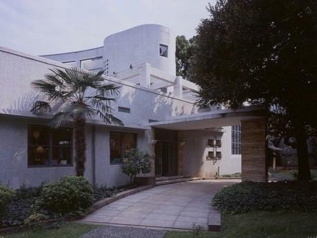 原美術館は、1938年に建てられた初期モダニズム様式の建築。設計は渡辺仁。