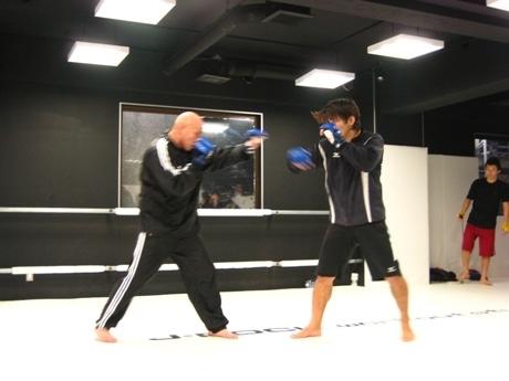 スパーリング練習をする瀧本誠さん(右)と村田龍一さん(左)。