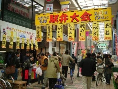 昨年の駅弁大会の模様。近隣の住民を中心にたくさんの人が訪れる。