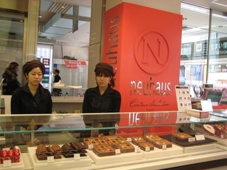 赤を基調とした店舗で、ショーケースには20種類以上のチョコレートが並ぶ
