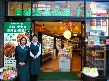 「多くのお客様に来てもらいたい」と話す、隔山店長(左)と西澤さん(右)。