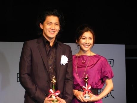 主演男優賞を受賞した小栗旬さんと主演女優賞を受賞した竹内結子さん。