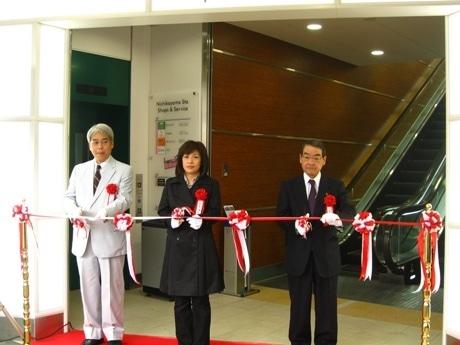 左から東京急行電鉄・木下雄治常務取締役、利用客代表者、東急ストア・高橋一郎社長。