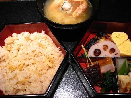 メニューは炊き込みご飯と漬け焼き魚、季節の素材の盛り合わせで、この時期は毛ガニの味噌汁がつく。