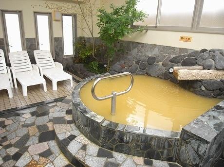 古代の海水を使用した温泉「黄金の湯」。鉄の湯とも呼ばれる。