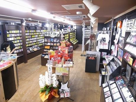 店内にはCDやレコードの他に、関連グッズやプレーヤーも。