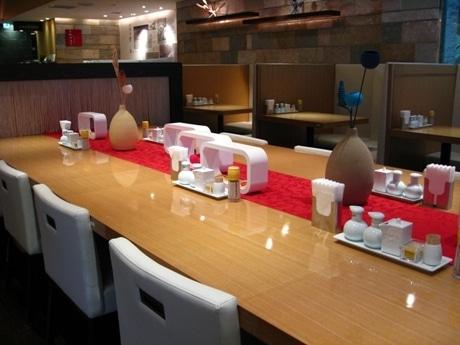 木目調のテーブルと白いいすで統一された店内。