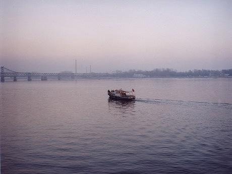 「ウエディング-中国から北朝鮮を臨む国境の川、丹東」 2007年 タイプC プリント 76×96センチ(「Scene」から)© Tomoko Yoneda Courtesy Shugo Arts
