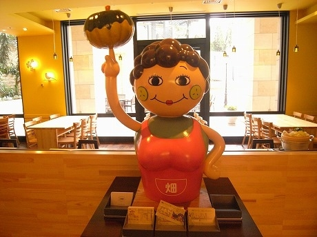 ゲートシティ大崎店のシンボルキャラクター「ヤンママ」人形。2児の母。