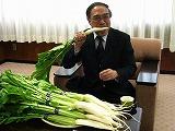 品川区長が「品川カブ」にかぶりつき-地元の八百屋が江戸野菜贈る