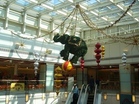 同施設2階部分には玉乗りをする象のモチーフを装飾。ほかにもクイズラリーの一環として動物たちを各所に配置した。