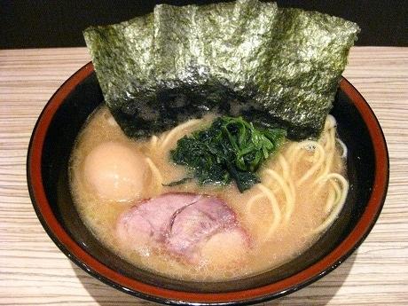 1番人気の「味付け玉子ラーメン」(580円)。