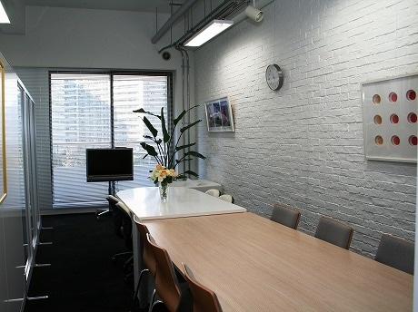 セミナーを開講するスタジオ。オープン日は同社5度目の創立記念日。