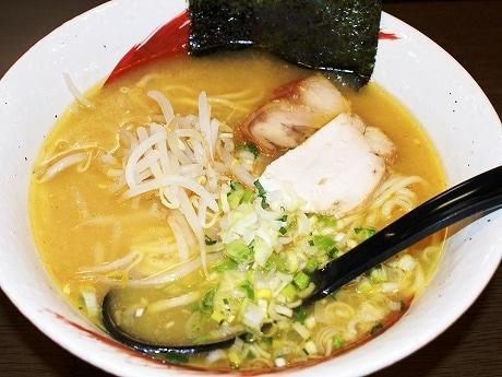 鶏のうま味を引き出した白濁スープの「ラーメン」(700円)。
