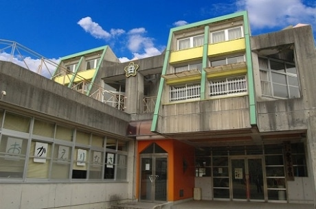 廃校となった旧町立安宅小学校をスクーリングに活用する。