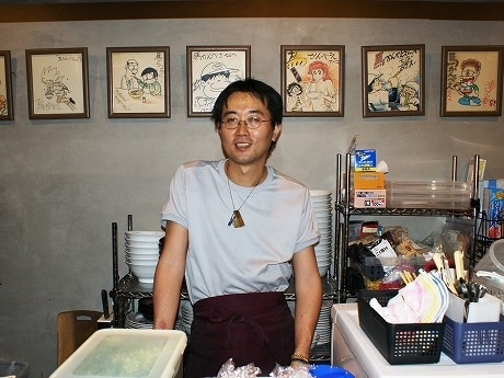 先代がもと漫画雑誌「少年キング」の編集長だった縁で、店内にはあだち充さんや藤子不二雄さんなど著名な漫画家による直筆のイラストが飾られている。
