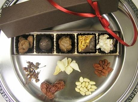 漢方の基本的な考え方「陰陽五行論」にちなんだ5種類の「漢方ブティックのチョコレート」(2,310円)。