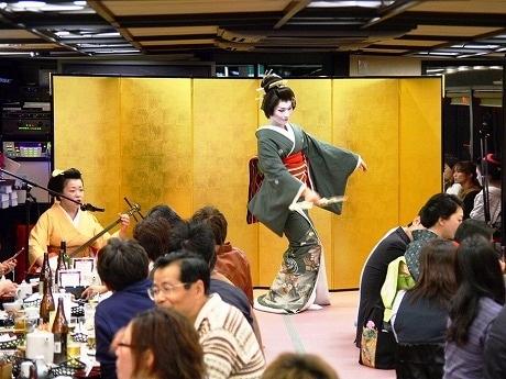 「屋形船でお座敷あそび」に乗船する女形芸者、まつ乃屋の栄太郎さん。