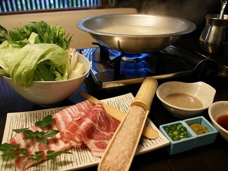 農場直送の豚肉と有機野菜、鶏ガラスープを使用した「しゃぶしゃぶセット」(1人前2,400円)。えごまタレや自家製ポン酢が添えられる。