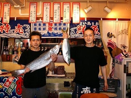 「あぶらぼうず」のスタッフ。その日仕入れた魚を手に。