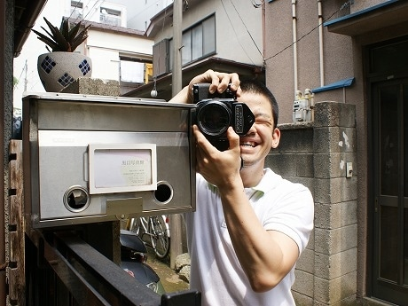 目黒から移転し、4月1日から武蔵小山で営業を開始した「黒目写真館」の大倉英揮さん。同写真館の名前は「目黒」からきている。