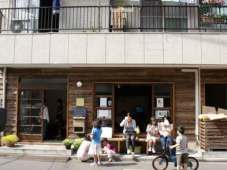 オープンして約8カ月が経つ「芝の家」。利用者が思い思いの時間を過ごすコミュニティースペース。