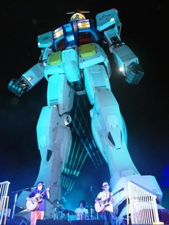 潮風公園内で行われた「Light×Music Nights」でのDEPAPEPEのライブの様子。音と光の演出に、多くの観客が楽しんだ。