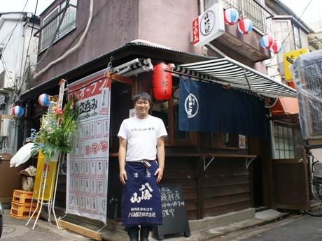 8月20日オープンの「立ち飲み 晩杯屋」。店長の土肥さんは元システムエンジニアで「未経験の飲食業界に気付いたら飛び込んでいた」と話す。