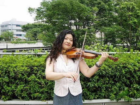 ジプシーバイオリニストの古舘由佳子さん。かつて路上ライブを行っていたという小田急線新百合ヶ丘駅前の広場にて。